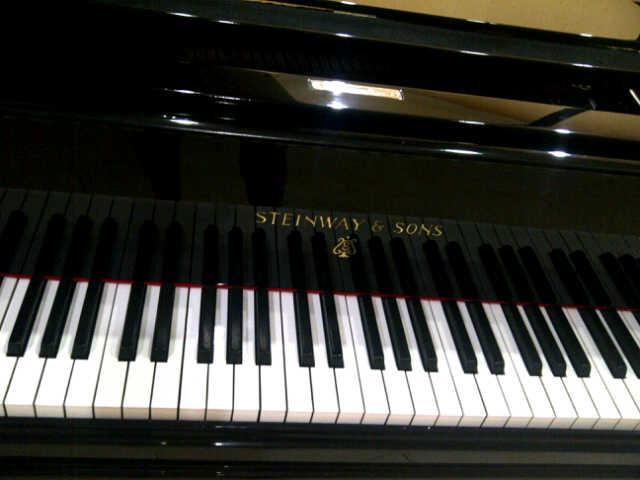 Piano Steinway & Sons tampak keyboard