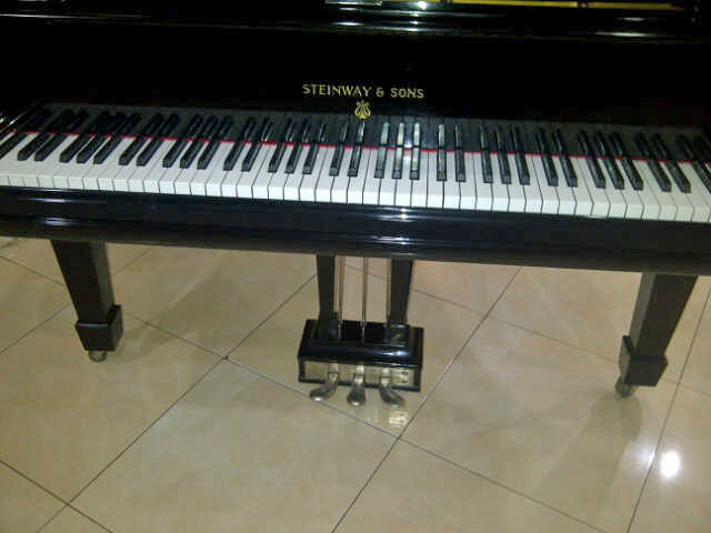 Piano Steinway & Sons depan 3 pedal
